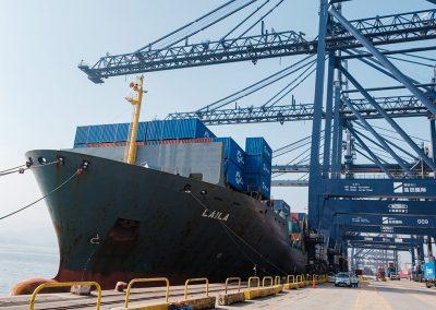Das Containerschiff Laila kurz vor der Abfahrt im Hafen von Yantian